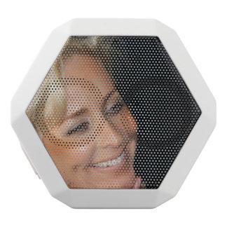 ブロンドの女性の微笑 ホワイトBluetoothスピーカー