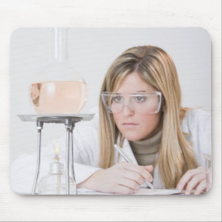 ブンゼンバーナーを見ている化学者 マウスパッド