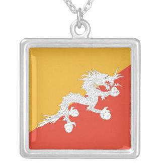 ブータンの旗が付いているエレガントなネックレス シルバープレートネックレス