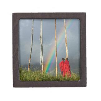ブータンのGangteyの村、2人の修道士上の虹 ギフトボックス