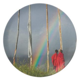 ブータンのGangteyの村、2人の修道士上の虹 プレート