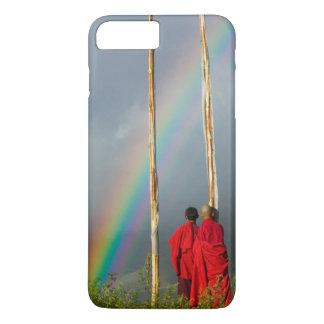 ブータンのGangteyの村、2人の修道士上の虹 iPhone 8 Plus/7 Plusケース