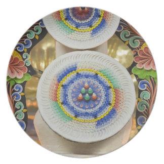 ブータン。 修道士がなす正式のケーキは飾ります プレート