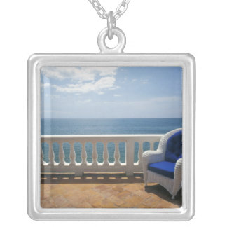 プエルトリコ。 籐椅子そしてタイルを張られた台地の シルバープレートネックレス