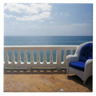 プエルトリコ。 籐椅子そしてタイルを張られた台地の タイル