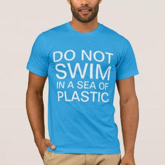 プラスチックの海で泳がないで下さい Tシャツ