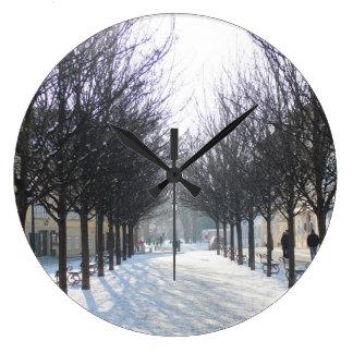 プラハ(チェコスロバキア共和国)の冬の木 ラージ壁時計