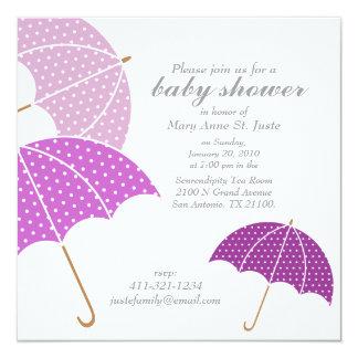 プラム点の傘のベビーシャワーは招待を振りかけます カード