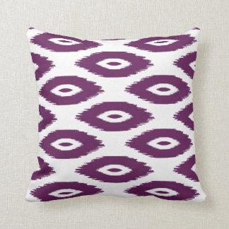 プラム紫色および白い種族のイカットの点 クッション