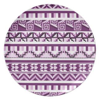 プラム紫色の幾何学的でアステカな種族のプリントパターン プレート