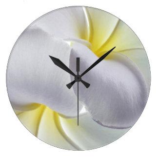 プルメリアのFrangipaniのハワイの花によってカスタマイズブランク ラージ壁時計