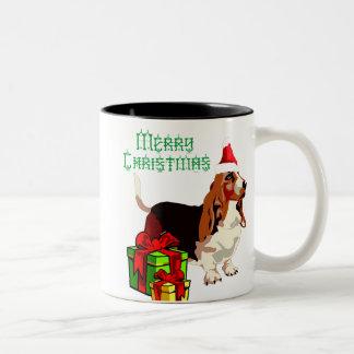 プレゼントのマグを持つメリークリスマスのバセットハウンド ツートーンマグカップ
