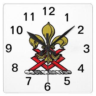 プレッピーな金ゴールドの赤いHeraldic頂上の(紋章の)フラ・ダ・リの紋章 スクエア壁時計