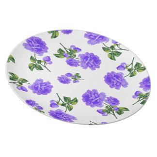 プレートを食事している国のコテッジの紫色のバラ プレート