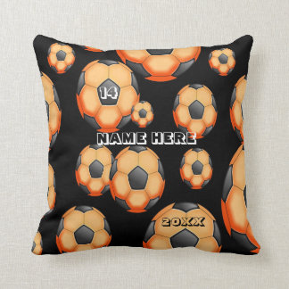 プレーヤーの名前のオレンジおよび黒いサッカーのクッション クッション