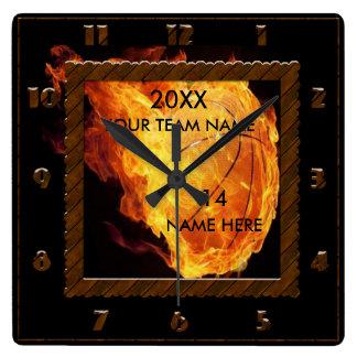 プレーヤーの名前のバスケットボールの茶色および黒い時計 スクエア壁時計