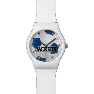プレーヤーの名前または文字の子供が付いている青いサッカーボール 腕時計