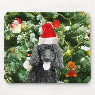 プードル犬のクリスマスツリーの雪だるまの赤いサンタの帽子 マウスパッド