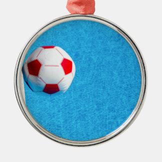 プールで浮かぶ赤白のビーチボール シルバーカラー丸型オーナメント