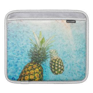 プールのパイナップル iPadスリーブ