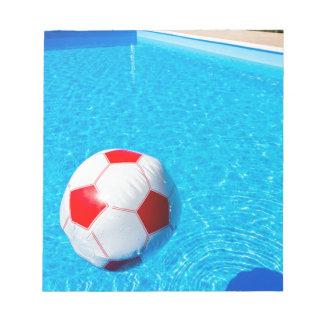 プールの水に浮かぶビーチボール ノートパッド