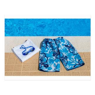 プールの水泳パンツゴーグルそしてタオル ポストカード