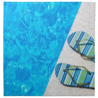 プールの端の2つの浸るスリッパ ナプキンクロス