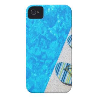 プールの端の2つの浸るスリッパ Case-Mate iPhone 4 ケース