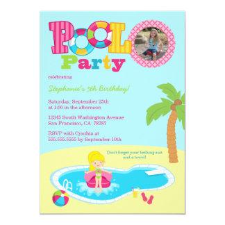 プールを囲んでのパーティの女の子の写真の誕生日のパーティの招待状 カード