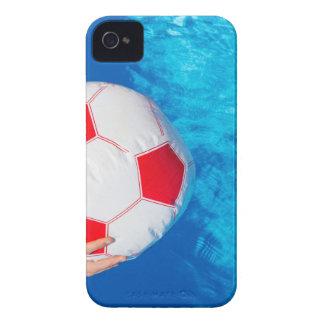 プール水の上の腕保有物のビーチボール Case-Mate iPhone 4 ケース