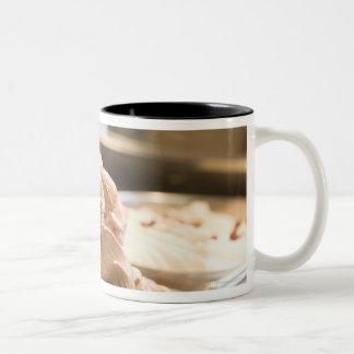 ヘイゼルナッツのアイスクリームの十分の容器 ツートーンマグカップ