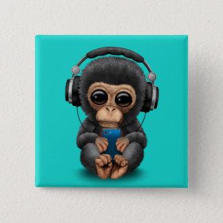 ヘッドホーンおよび携帯電話を持つベビーのチンパンジー 缶バッジ