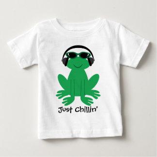 ヘッドホーン及び陰を持つちょうどChillinのカエル ベビーTシャツ