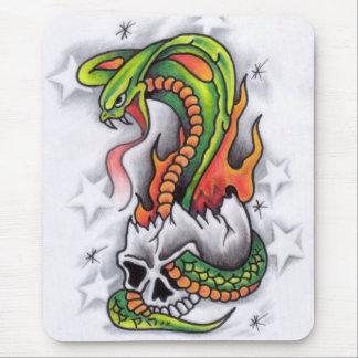 ヘビのまわりスカル入れ墨デザイン マウスパッド