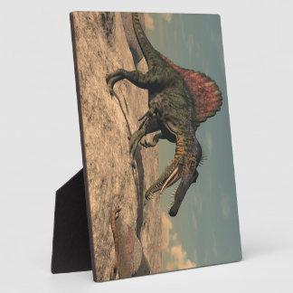 ヘビを捜しているSpinosaurusの恐竜 フォトプラーク