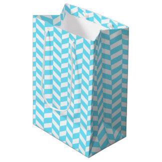 ヘリンボン白く明るく青い夏のモダンなパターン ミディアムペーパーバッグ