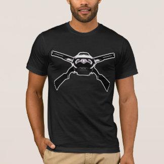 ヘルメットおよび十字銃 Tシャツ