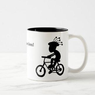ヘルメットは生命を救います! ココペリの有無にかかわらず。 ツートーンマグカップ