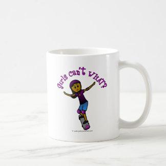 ヘルメットを持つ暗い女の子のスケート選手 コーヒーマグカップ
