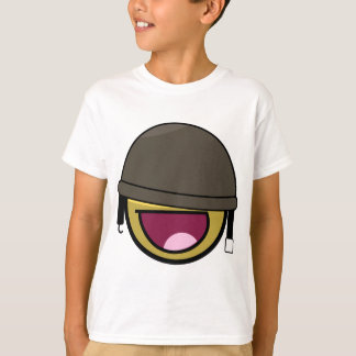ヘルメットを持つ素晴らしい顔のにこやかな兵士 Tシャツ
