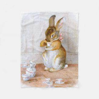 ベアトリックスの陶工: バニー女の子の飲む茶 フリースブランケット