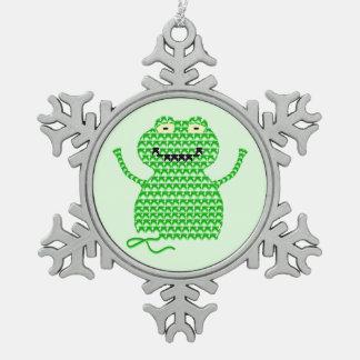 ベクトルかぎ針編みのカエル(裂け目それのカエルそれ! 緑の背部) スノーフレークピューターオーナメント