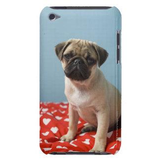 ベッドに坐っているパグの子犬 Case-Mate iPod TOUCH ケース