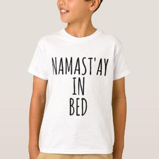 ベッドのおもしろいな人のTシャツのNamast'ay Tシャツ