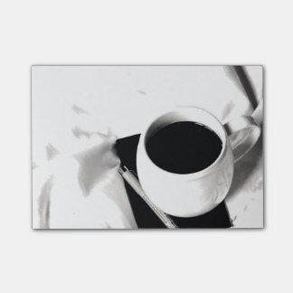 ベッドのコーヒーカップの白黒朝食 ポストイット
