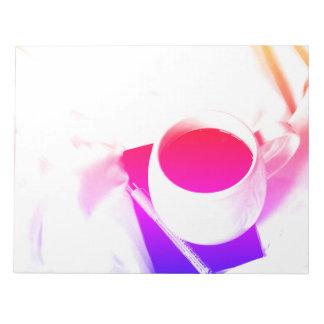 ベッドのコーヒーカップの虹の茶朝食 ノートパッド