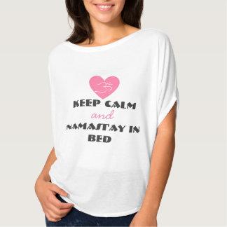 ベッドのワイシャツの平静そしてNamast'ayを保って下さい Tシャツ