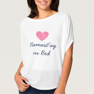 ベッドのワイシャツのNamast'ay Tシャツ