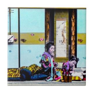 ベッドのヴィンテージ日本の前の2人の芸者の喫煙 タイル
