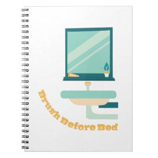 ベッドの前のブラシ ノートブック